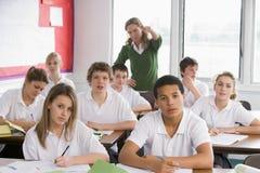 De studenten van de middelbare school in klasse stock fotografie