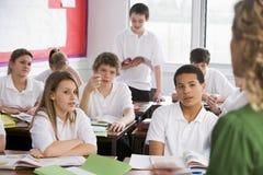 De studenten van de middelbare school in klasse royalty-vrije stock afbeeldingen