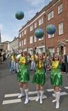 De studenten van het drama werpen bollen in de lucht stock fotografie