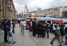 De studenten van medische faculteit geven klassen aan mensen op de straat op gezonde levensstijl Stock Fotografie
