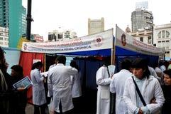 De studenten van medische faculteit geven klassen aan mensen op de straat op gezonde levensstijl Stock Afbeelding