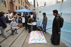 De studenten van medische faculteit geven klassen aan mensen op de straat op gezonde levensstijl Stock Foto's