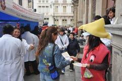 De studenten van medische faculteit geven klassen aan mensen op de straat op gezonde levensstijl Stock Afbeeldingen