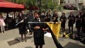 De studenten van Porto, Portugal zingen in Zagreb, Kroatië stock videobeelden