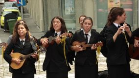 De studenten van Porto, Portugal zingen in Zagreb, Kroatië stock video