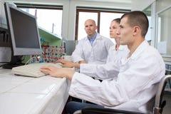 De studenten van schoolstudenten op chemieles stock afbeelding