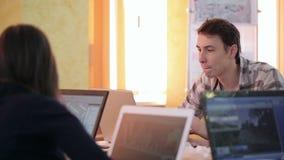 De studenten werken voor project in klaslokaal gebruikend laptops stock videobeelden
