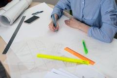 De studentenarchitect trekt een schets van het werk royalty-vrije stock foto's
