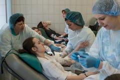 De studentenjeugd en schenkt massaal vrijwillig hun bloed royalty-vrije stock foto