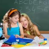De studentenmeisjes van jonge geitjes bij schoolklaslokaal Stock Afbeelding