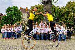 De studentensectie van het artistieke cirkelen toont stunts Royalty-vrije Stock Afbeelding