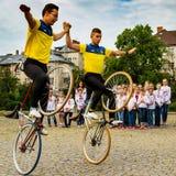 De studentensectie van het artistieke cirkelen toont stunts Stock Fotografie