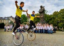 De studentensectie van het artistieke cirkelen toont stunts Stock Foto's
