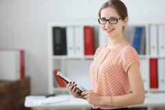 De studentenvrouw die een tablet in van hem houden dient het publiek in Stock Afbeelding