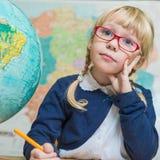 De studentenwerken in een schoolklaslokaal, kind op school, Stock Foto's