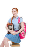 De studentenzitting van het middelbare schoolschoolmeisje op stapel boeken Royalty-vrije Stock Afbeelding