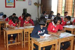 De studerar i deras klassrum arkivfoto
