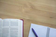 De studie van de psalmenbijbel met pen royalty-vrije stock foto's