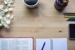 De studie van de psalmenbijbel met penmening vanaf de bovenkant stock afbeeldingen