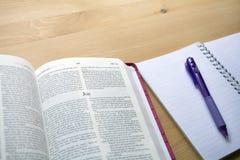 De studie van de psalmenbijbel met penmening vanaf de bovenkant stock fotografie