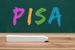 De studie van Pisa op klaslokaalraad die wordt geschreven Stock Foto