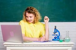 De studiemicrobiologie Onderzoek moleculaire wijzigingen Wetenschappelijk Onderzoek De microbiologieconcept Studentenmeisje met stock foto