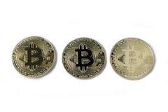 De studio schoot drie gouden die Bitcoin, Cryptocurrency, op witte achtergrond wordt geïsoleerd Stock Fotografie