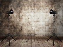 De studio van de foto in oud grungebinnenland Stock Foto
