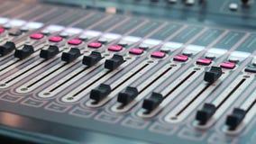 De studioconsole met veel knopen en de vertoningen in de hardware blokkeren studio stock footage