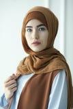De studiofoto van een mooie jonge vrouw kleedde oosters type in de Moslimstijl stock afbeelding