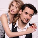 De studiofoto van mooi paar, draagt elegante kleren, stock fotografie