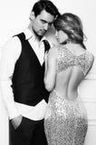 De studiofoto van mooi paar, draagt elegante kleren, royalty-vrije stock afbeelding
