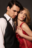 De studiofoto van mooi paar, draagt elegante kleren, stock foto