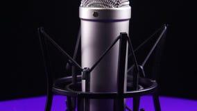 De studiomicrofoon met Spin roteert op een Zwarte Achtergrond stock footage