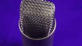 De studiomicrofoon roteert op Achtergrond stock video