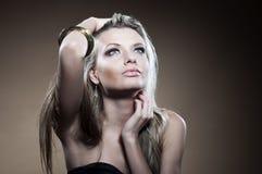 De studioportret van de manier van jonge vrouw Stock Afbeeldingen
