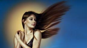 De studioportret van het close-up breed formaat van een mooie jonge vrouw Royalty-vrije Stock Afbeeldingen