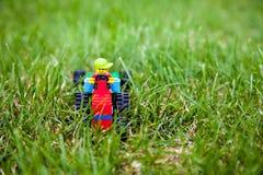 De stuk speelgoed legotractor met legobestuurder Royalty-vrije Stock Foto's