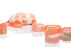 De stuk zeep die met lint en overzeese shells wordt verfraaid Stock Fotografie