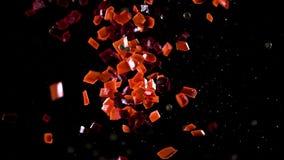 De stukken bieten en wortelen vliegen stijgende en groene erwten in botsing komen met hen stock footage