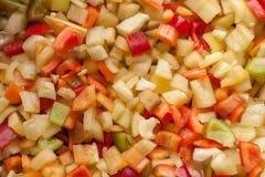 De stukken van besnoeiingsplakken van rode, gele en groene zoete groene paprika Stock Foto