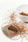 De stukken van chocolade troffen worden geraspt voorbereidingen Royalty-vrije Stock Foto