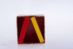 De stukken van de kleurendomino in een doos Royalty-vrije Stock Foto