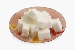 De stukken van de suiker op de plaat Stock Fotografie