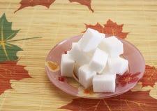 De stukken van de suiker op de plaat Stock Foto