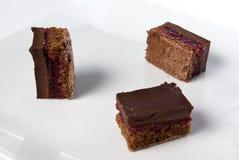 De stukken van een donkere chocolade koeken met zure kers Stock Foto's