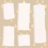 De stukken van gescheurd wit voerden en regelden notitieboekjedocument op kleurrijk stoffenpatroon Stock Afbeeldingen