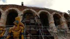 De stukken van vastgesteld ontwerp van de Aida-opera worden vervoerd aan de Arena voor een show stock videobeelden
