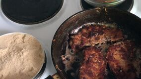 De stukken van vlees zijn gebraden in een hete pan Er zijn plonsen van heet vet stock footage