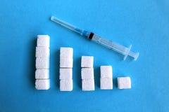 De stukken van witte suiker worden opgemaakt als een stap stock afbeeldingen